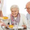 Senioren essen Lunch im Pflegeheim